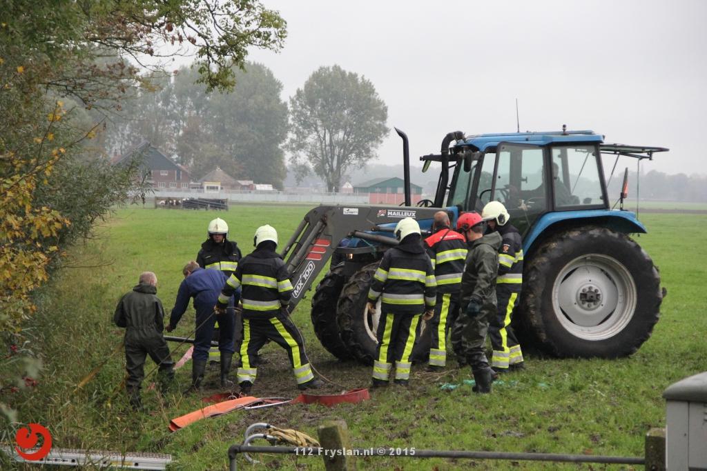 Brandweer in actie voor koe in de sloot