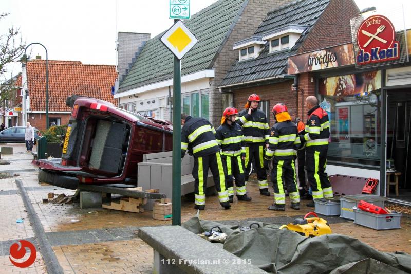Auto over kop: inzittenden bekneld
