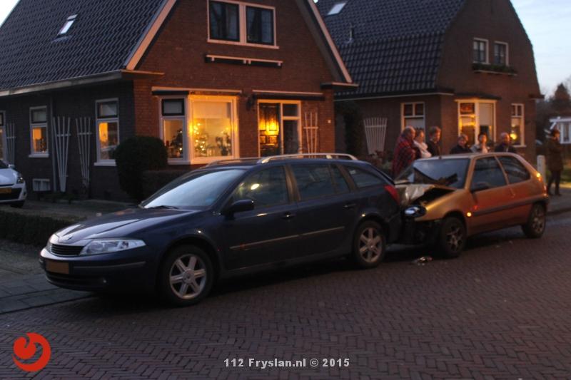 Personenauto botst achterop geparkeerde auto