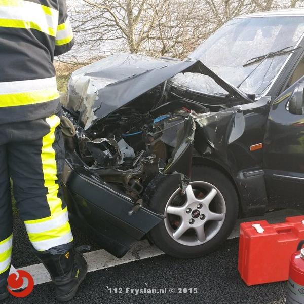 Auto botst achterop vrachtwagen A6
