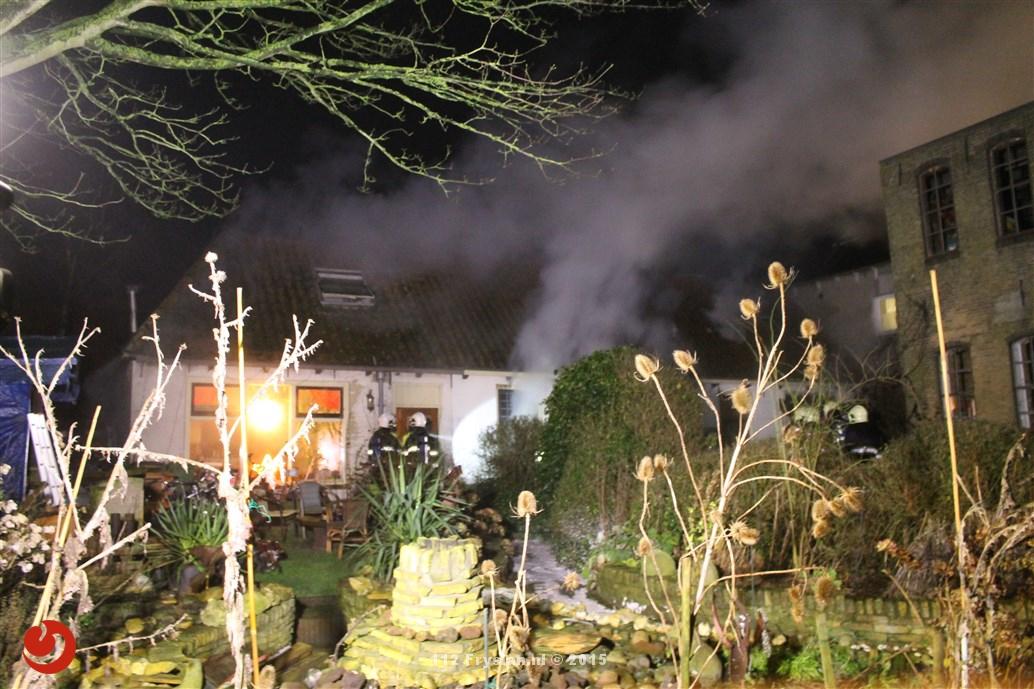 Veel rookontwikkeling bij forse brand in twee onder één kap woning