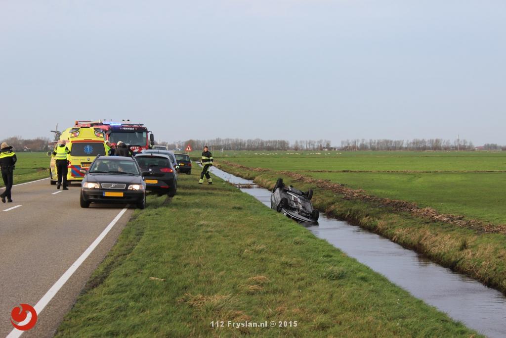 Auto op de kop in sloot: bestuurster gewond