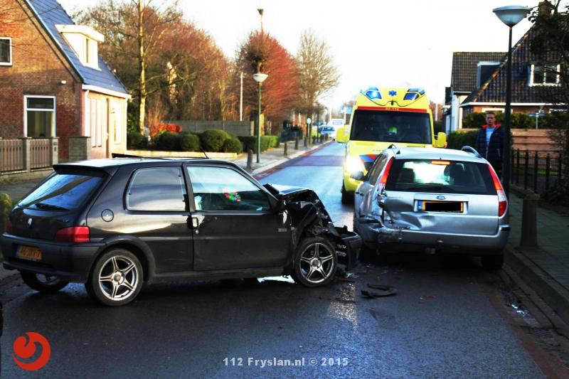 Personenauto botst achterop stilstaande auto