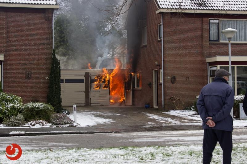 Uitslaande garagebrand tussen woningen