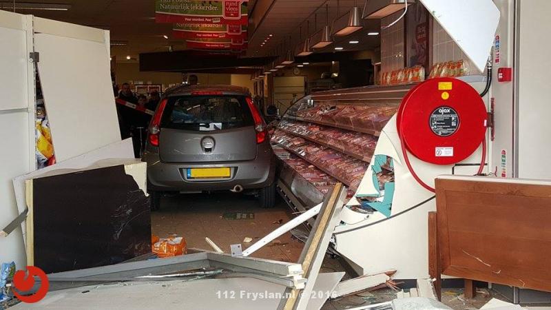 Auto rijdt supermarkt in