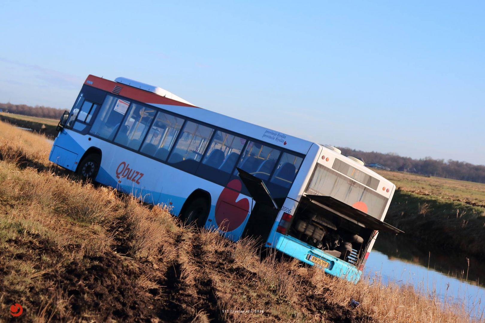 Lijnbus van de weg na onwelwording op A7