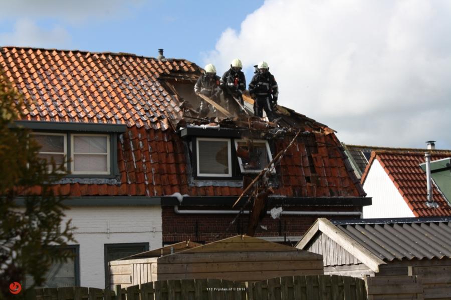 Dak van woning verwoest bij brand