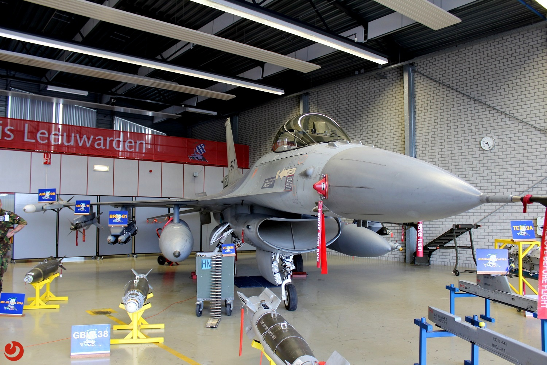 Militairen gewond bij bedrijfsongeval F-16 werkplaats