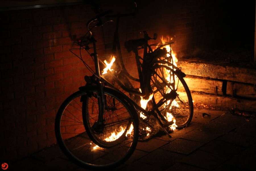 Brandende fietsen geblust door fotograaf 112Fryslân