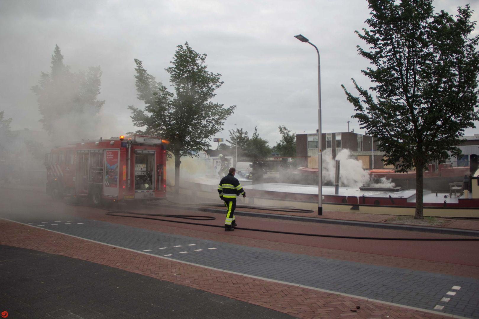 Woonboot in brand: mogelijk inbraak en brandstichting