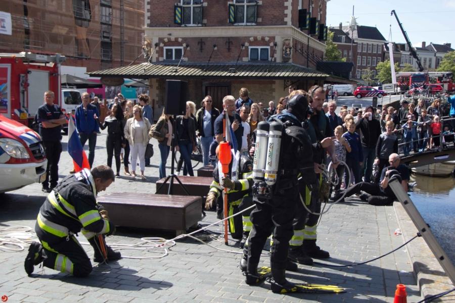 Brandweer houdt duikdemonstratie in de binnenstad