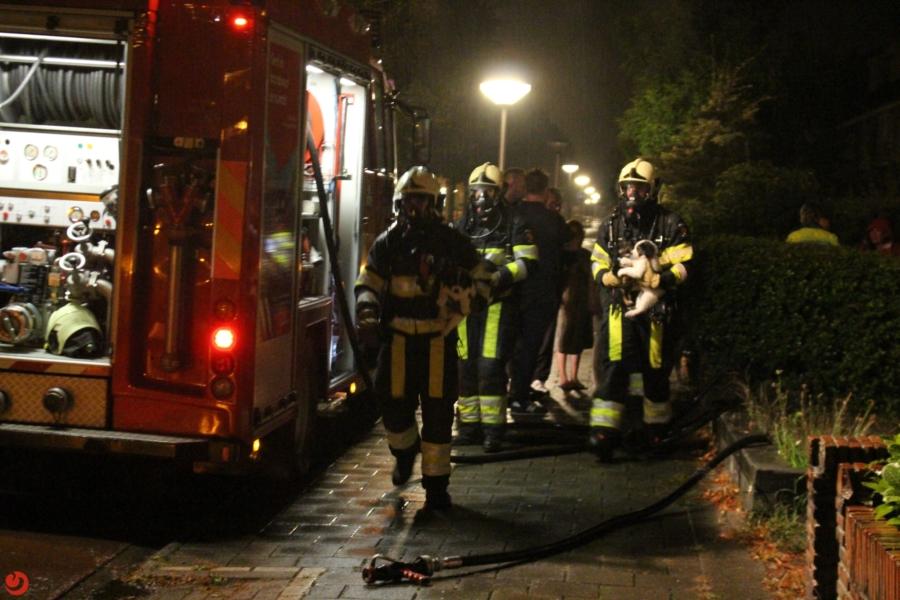 Vrouw door brandweer uit woning gered