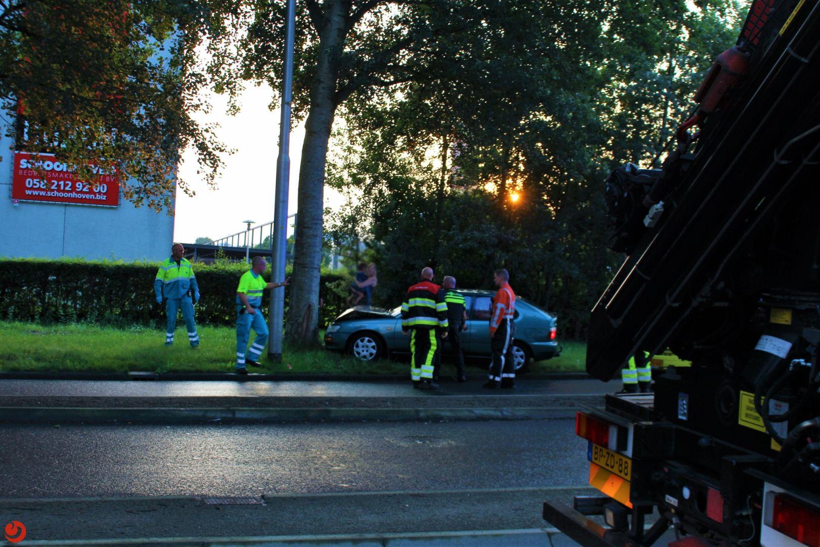 Auto botst tegen boom naast de LC