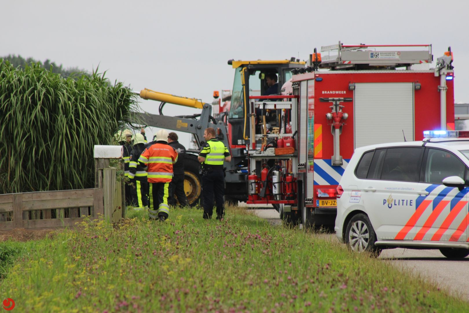 Persoon bekneld onder tractor
