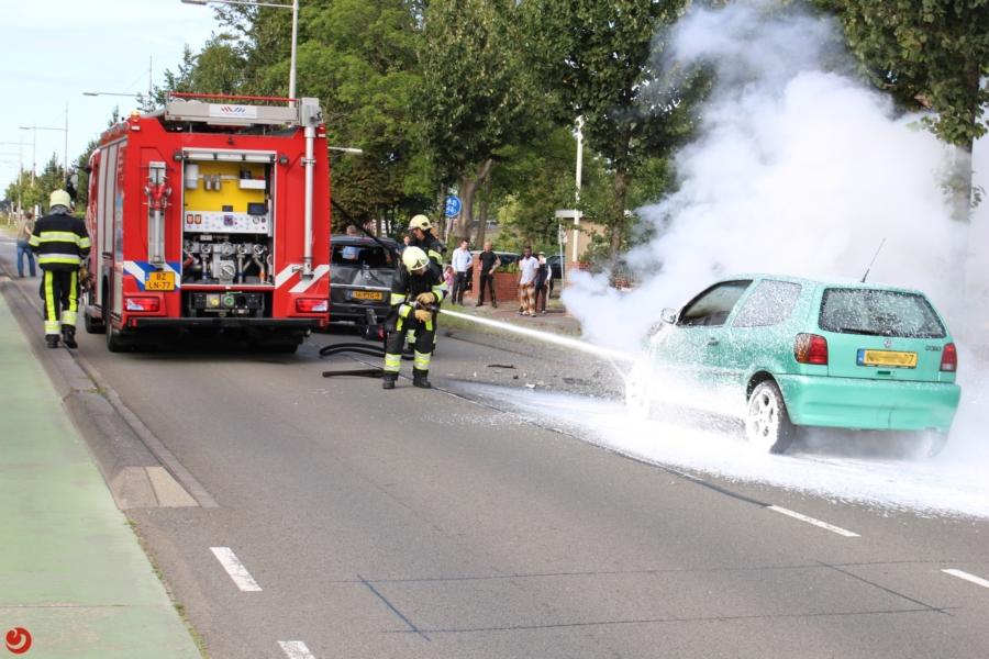 Auto vliegt in brand na ongeval: één gewonde