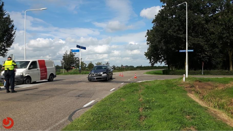 Voertuigen fors beschadigd bij aanrijding op kruispunt