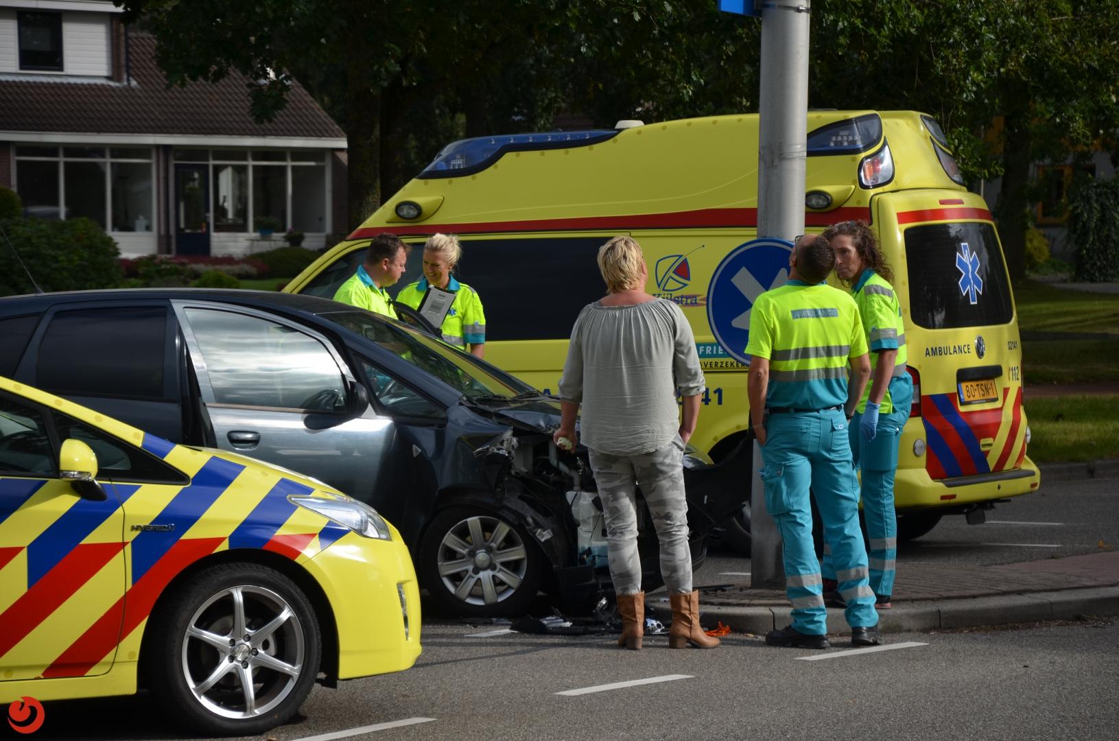 Automobiliste gewond bij botsing met lantaarnpaal