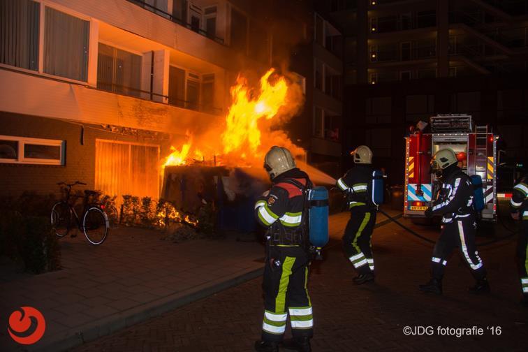 Bewoners uit flat wegens felle containerbrand