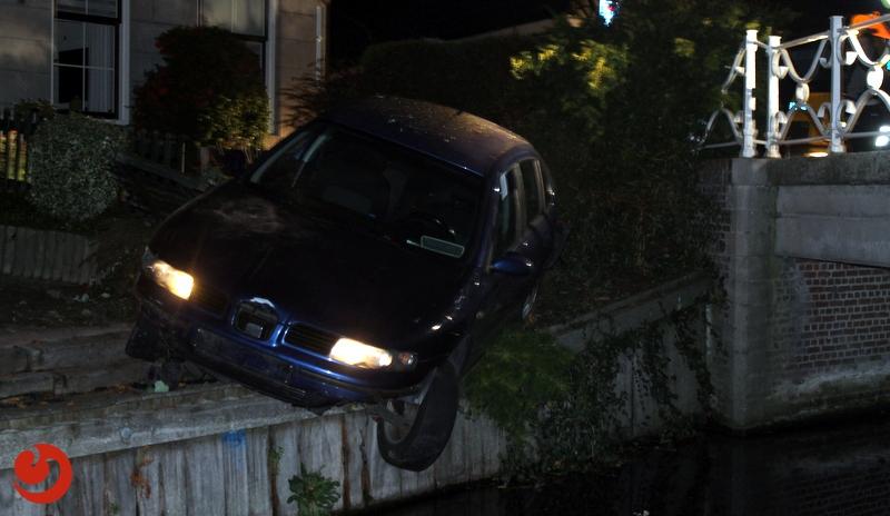 Auto raakt van de weg en belandt in tuin