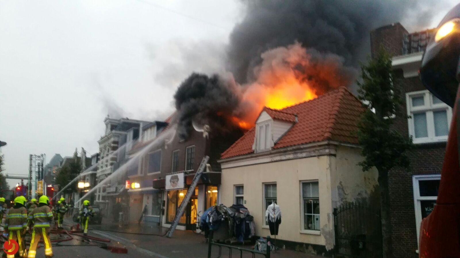 Grote brand verwoest winkelpand in centrum Gorredijk