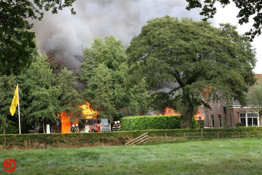Uitslaande brand verwoest schuur in Oudehorne