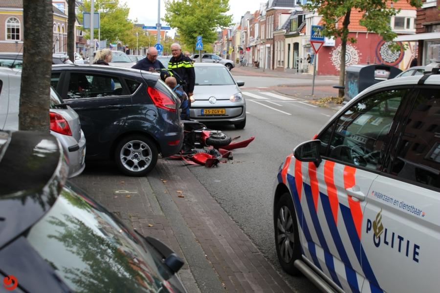 Scooter botst op uitrijdende auto