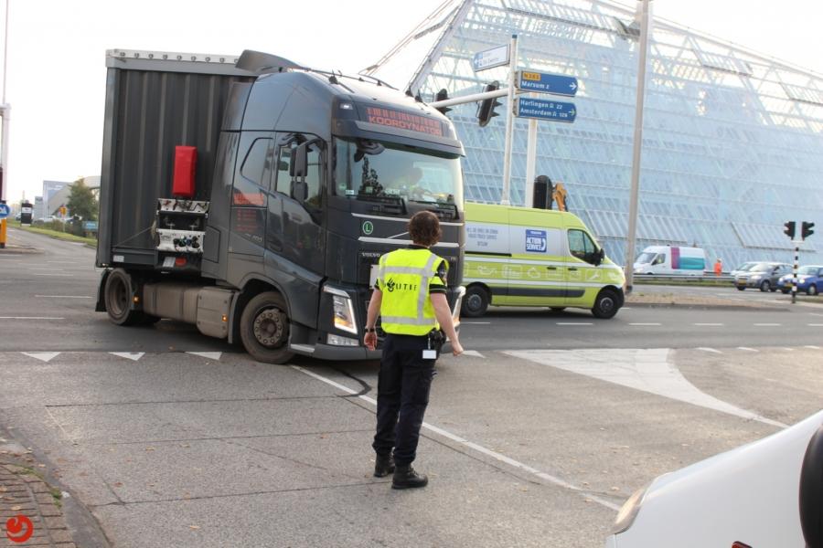 Verkeersinfarct door defecte vrachtwagen op kruising