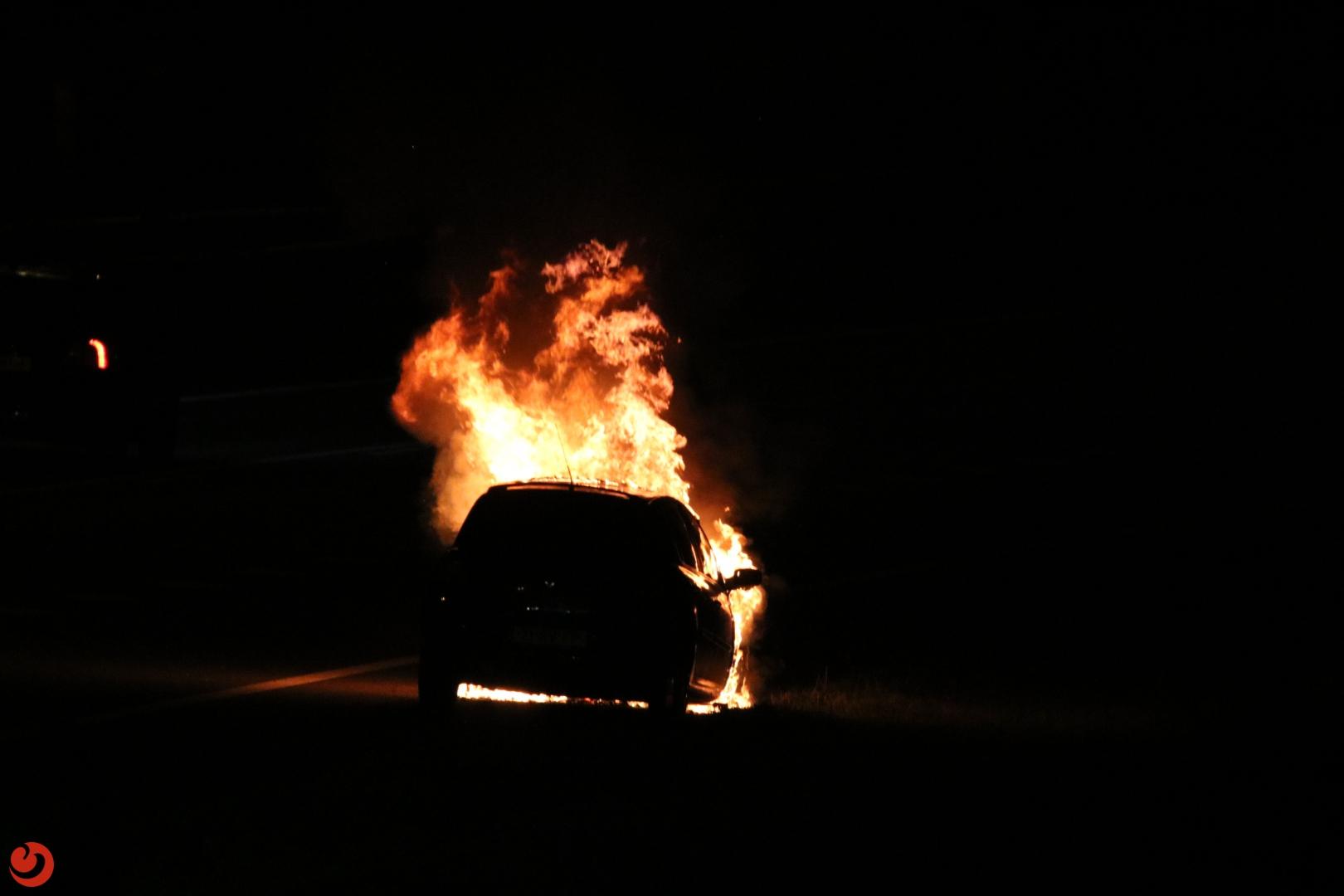 Felle brand verwoest auto op A7