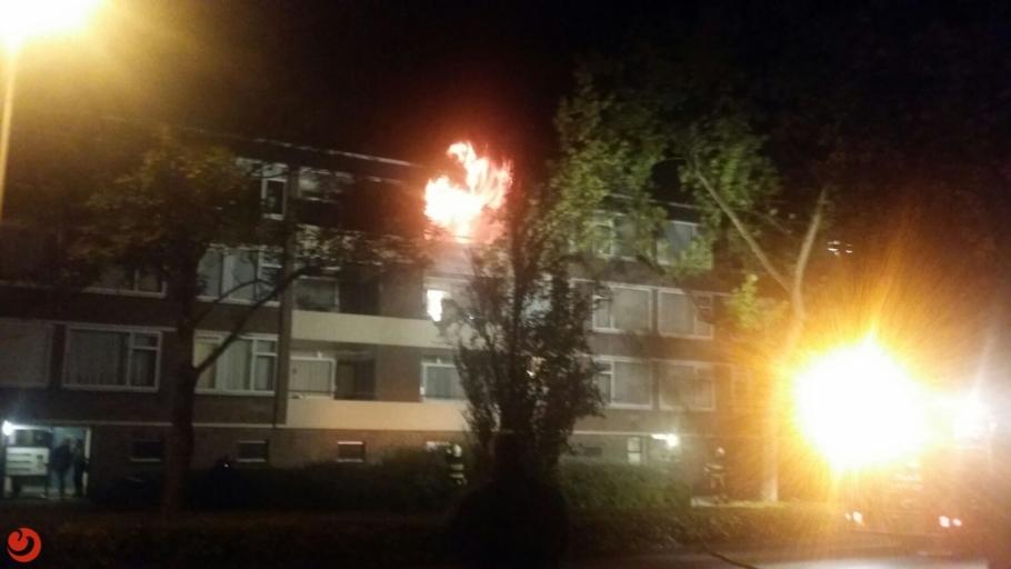 Grote uitslaande brand flatgebouw: drie gewonden