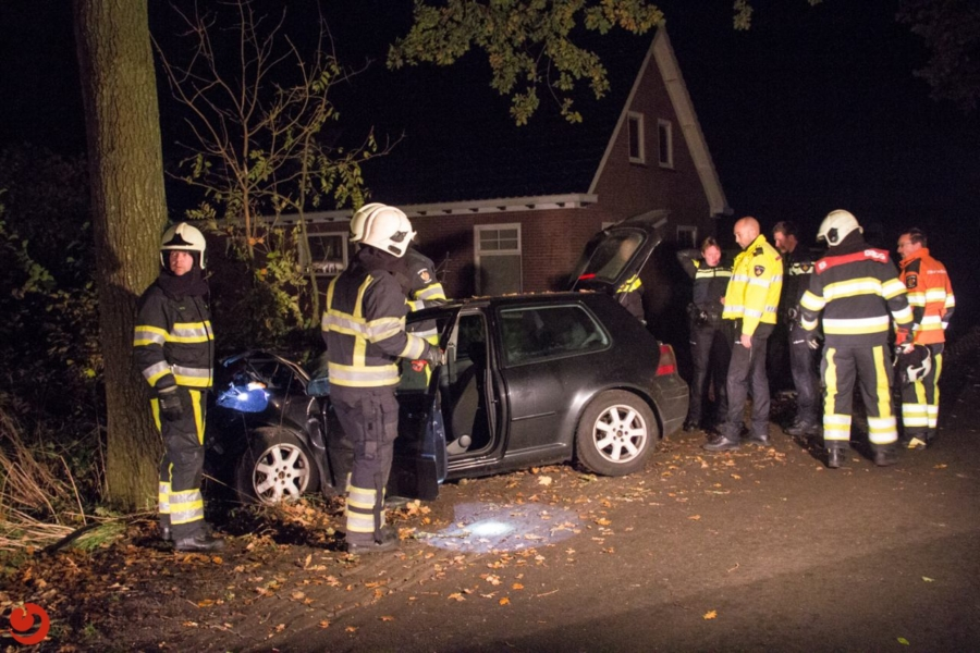 Twee gewonden bij botsing tegen boom
