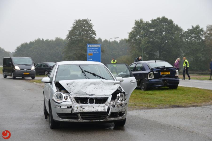 Auto's zwaar beschadigd bij kop-staart aanrijding