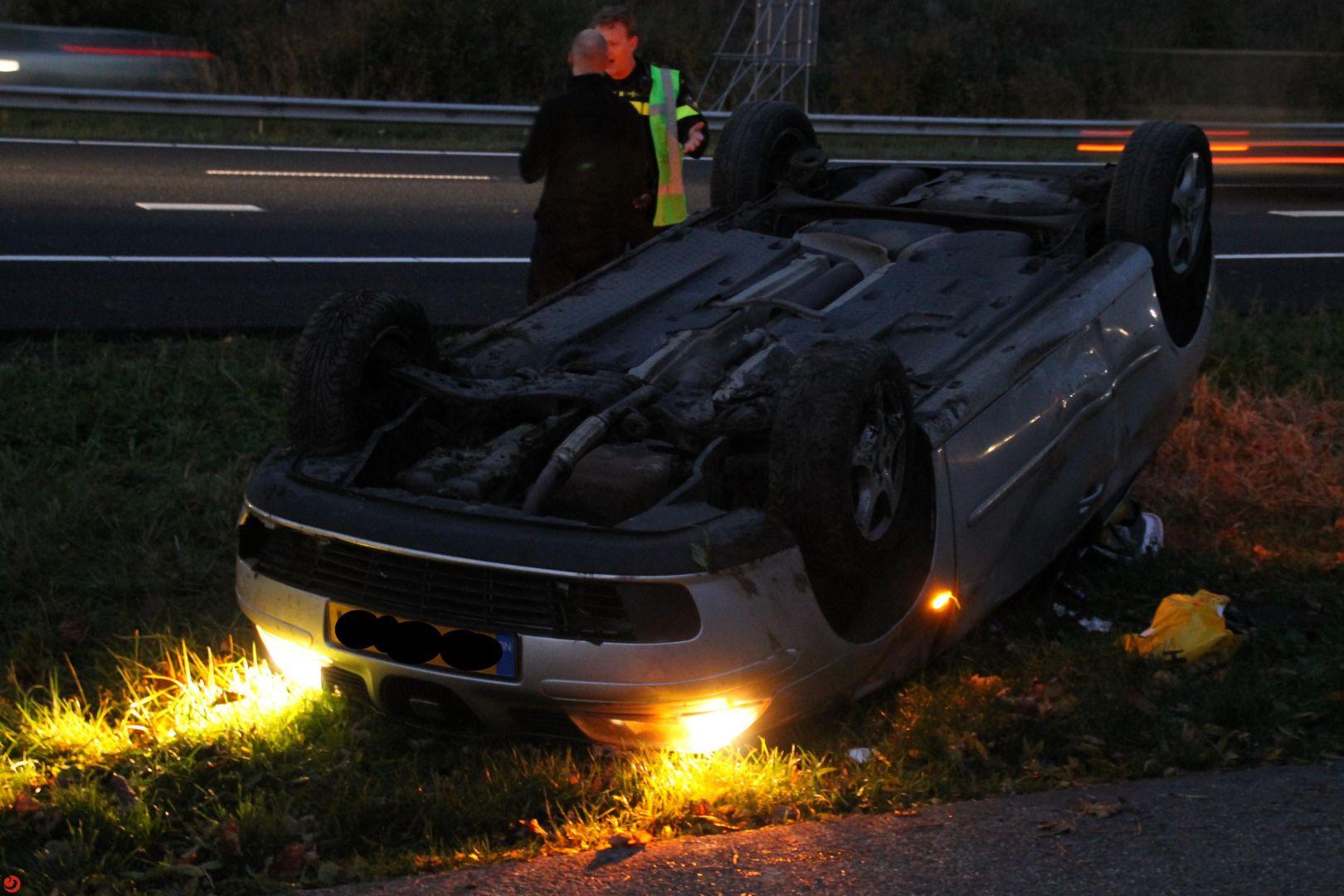 Auto over de kop bij eenzijdig ongeval A31