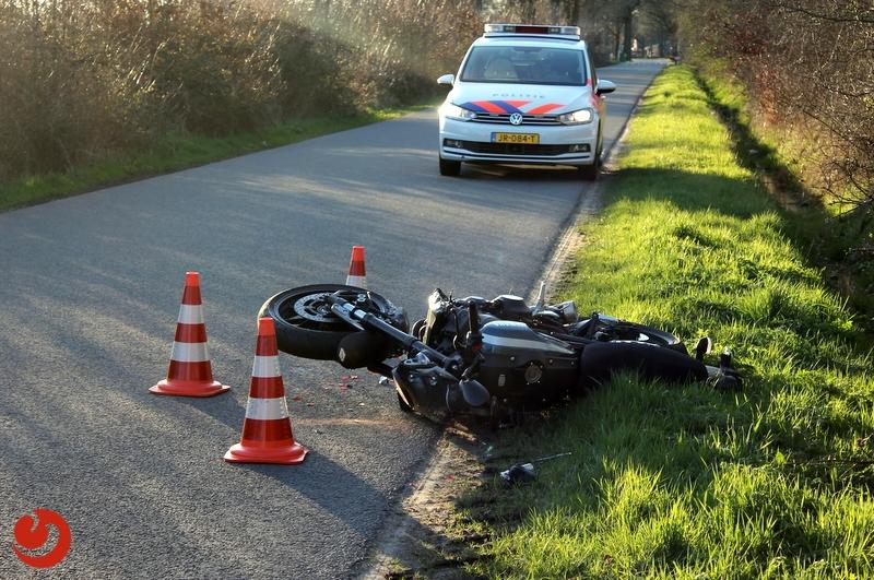 Personenauto en motorfiets in botsing op Zwarteweg