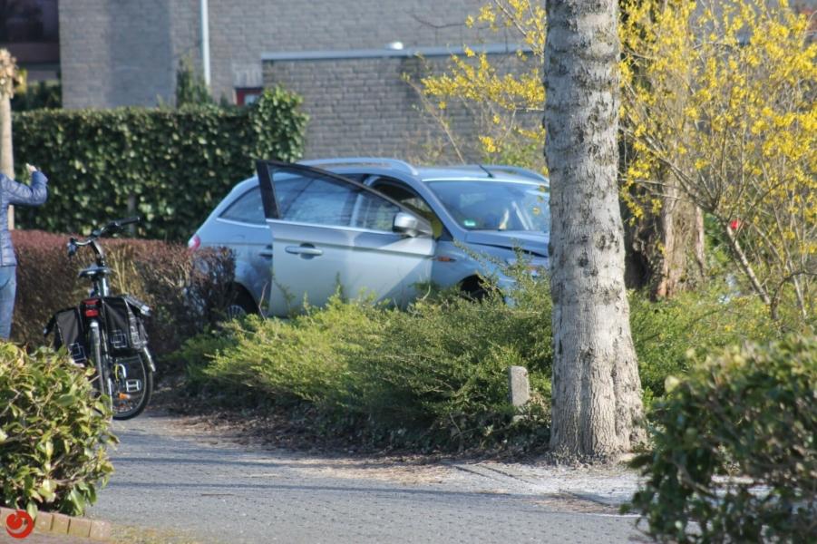Ernstig ongeval, auto klapt tegen boom