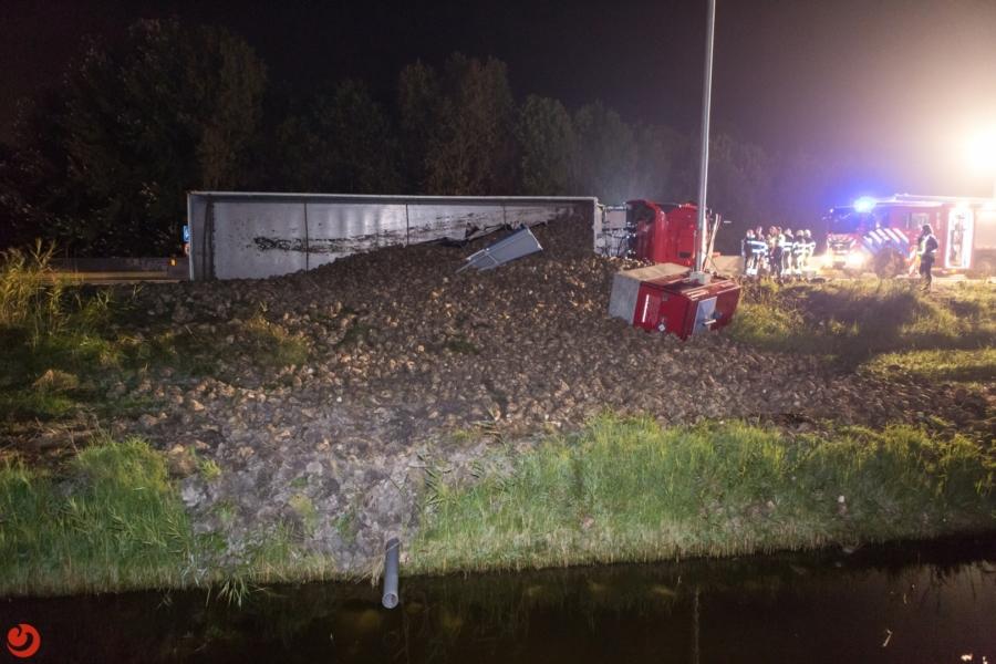 Vrachtwagen gekanteld, snelweg dicht