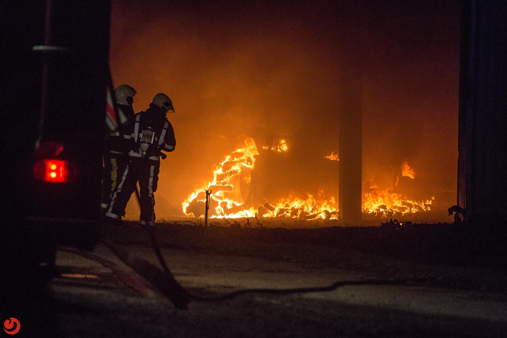 Grote uitslaande brand legt aardappelloods in de as