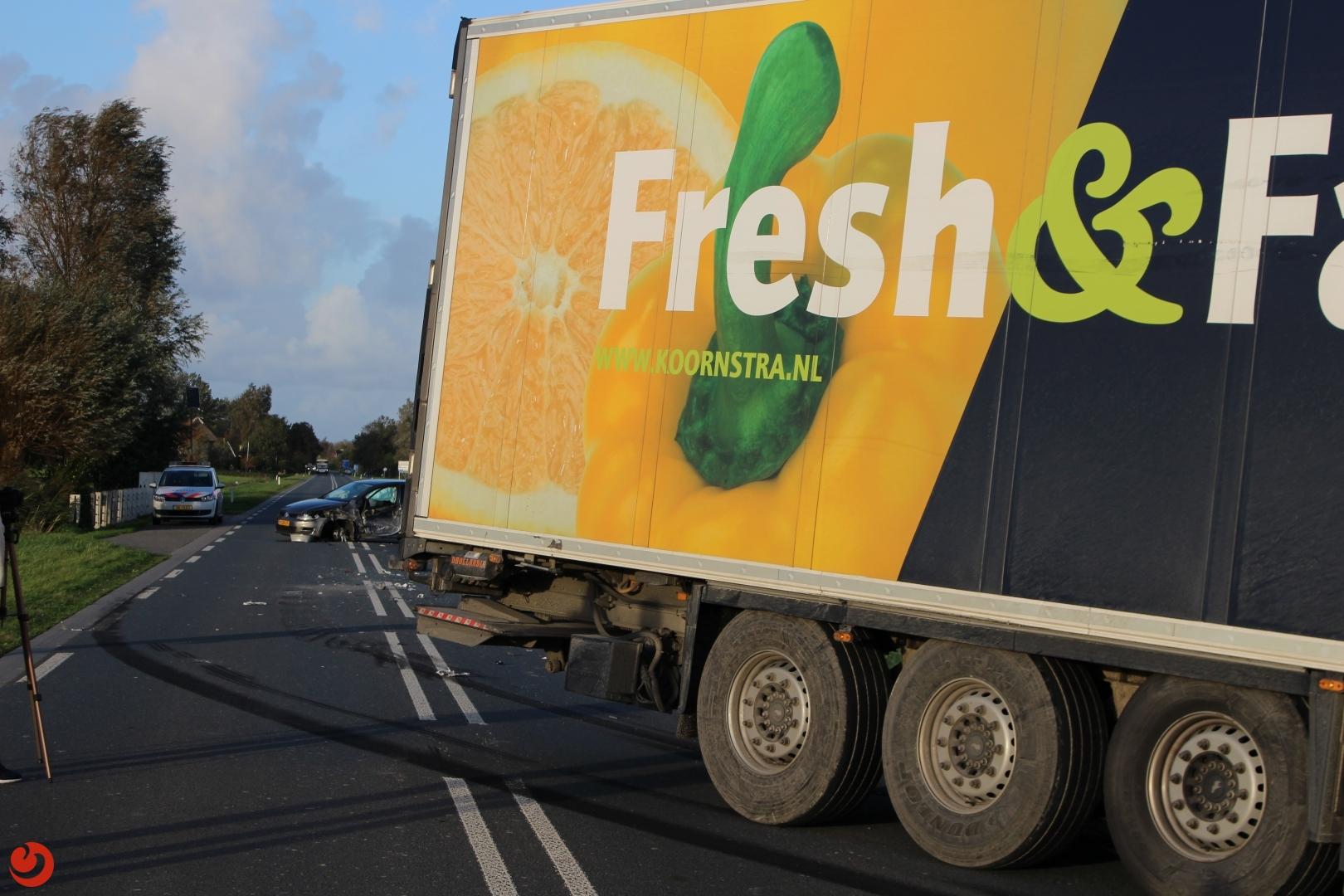 Auto en vrachtwagen botsen; Ljouwerterdyk dicht