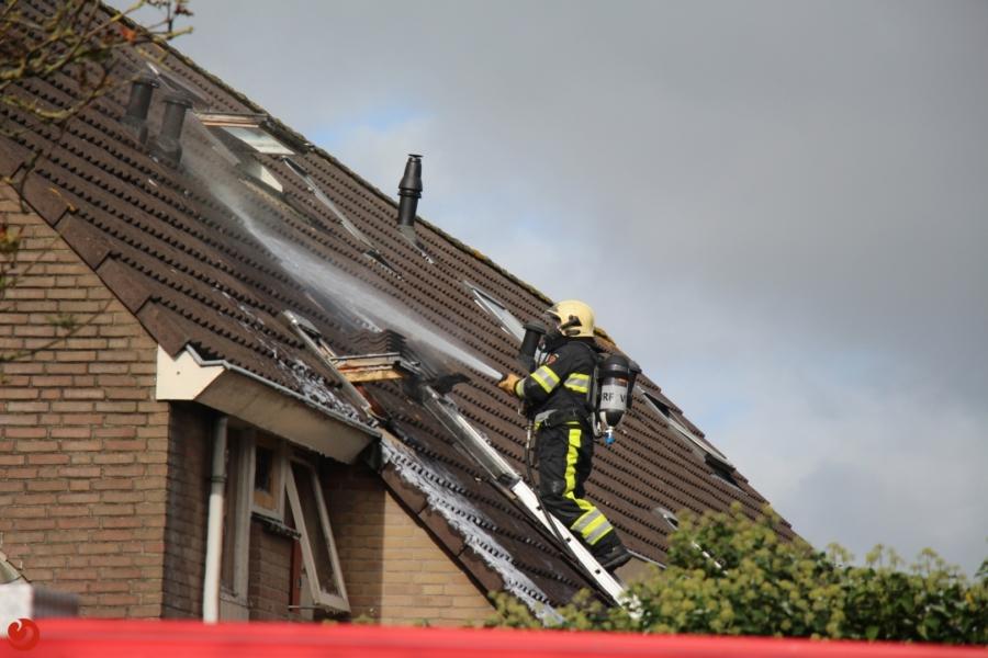 Dak twee onder een kap woningen beschadigd door brand