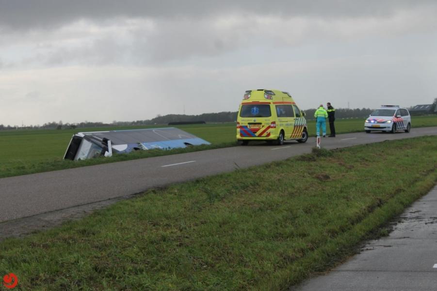 Lijnbus glijdt in sloot naast Dokkumerwei Wetsens