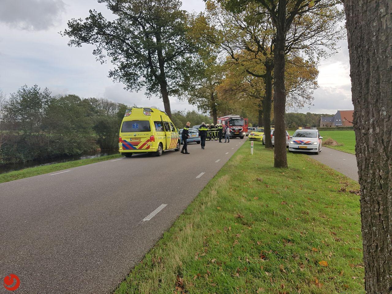 Automobilist zwaargewond na botsing met boom