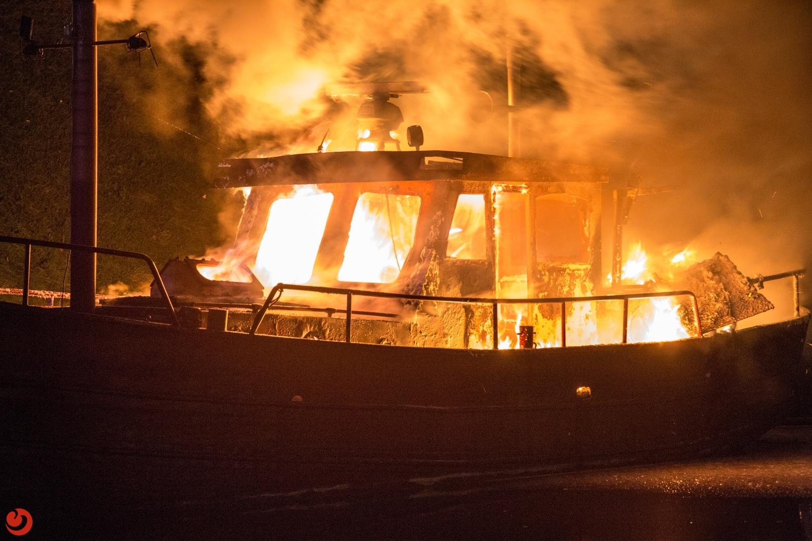 Woonboot verwoest door brand