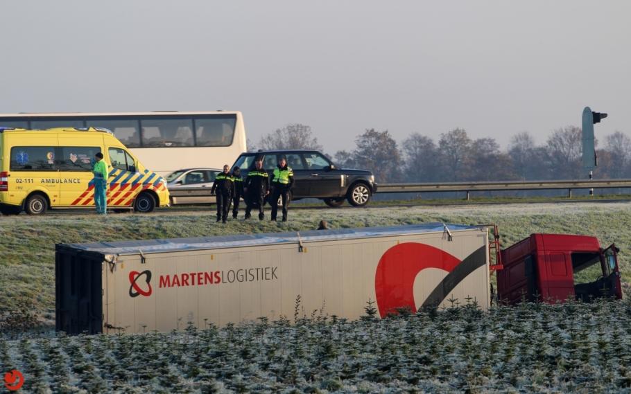 Vrachtwagen in de sloot na botsing met lijnbus