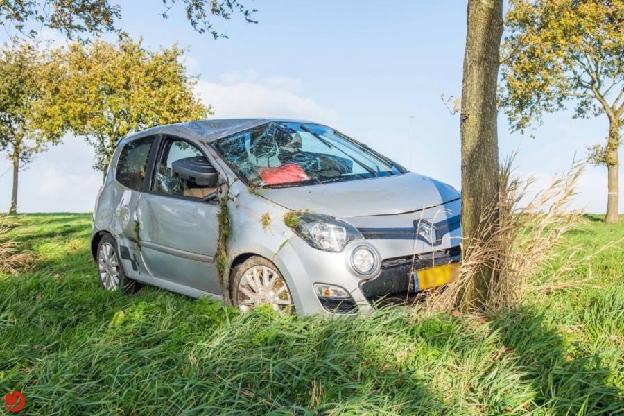 Auto botst op boom langs de A32