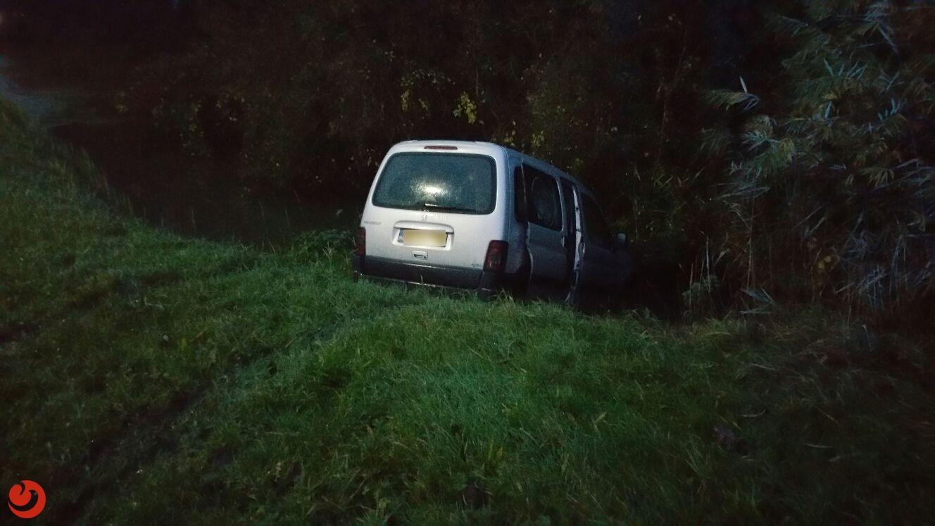 Auto in sloot na botsing op kruising