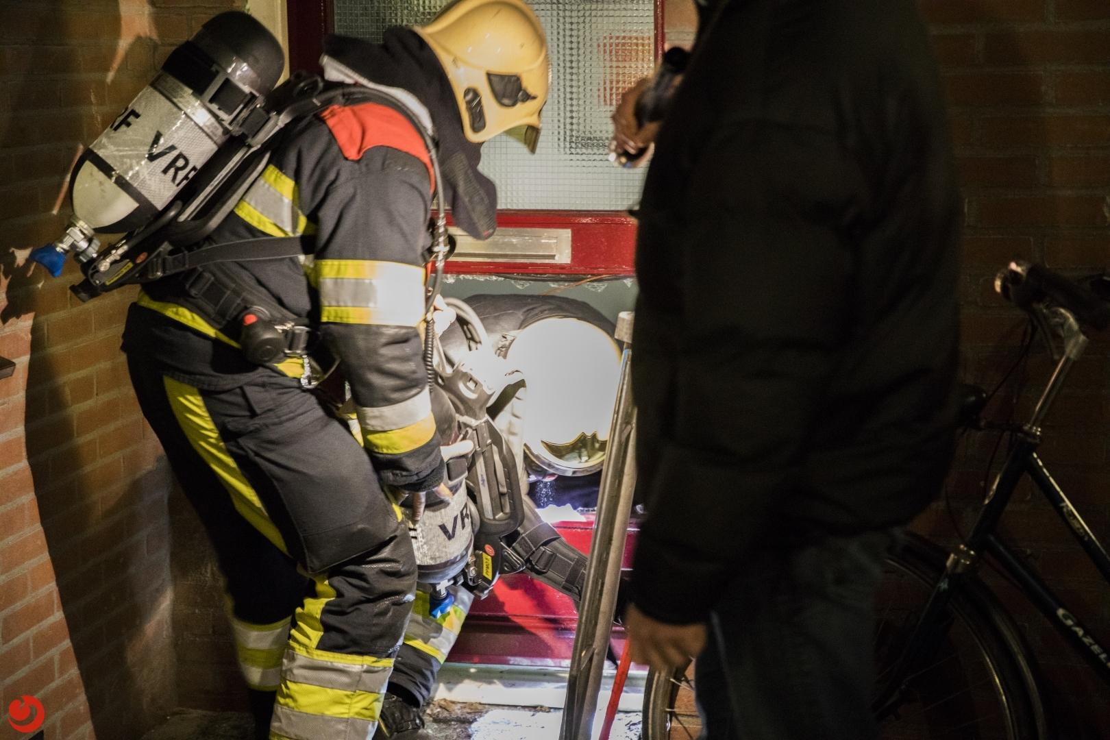 Brandweer ramt raam uit deur
