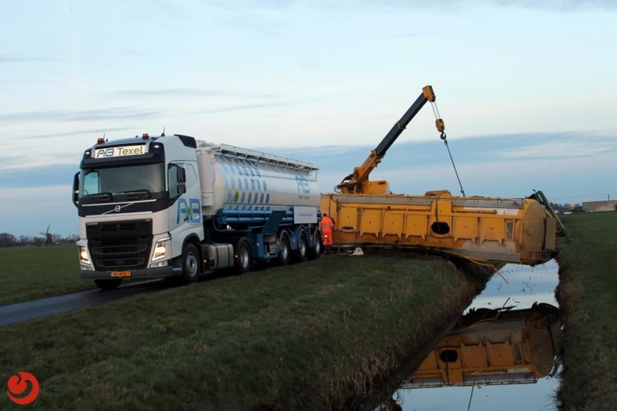Vrachtwagentrailer met graan gekanteld