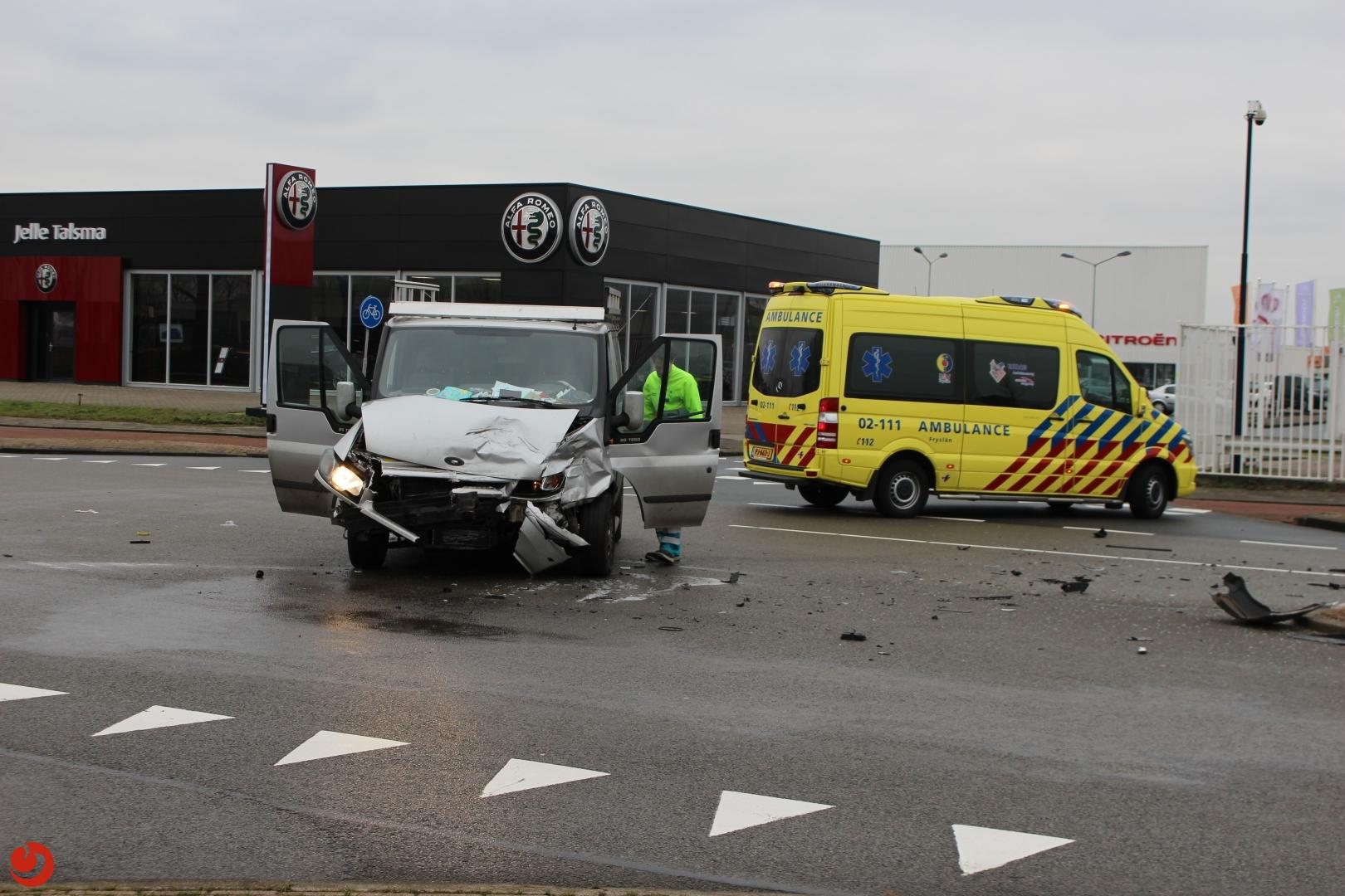 Drie gewonden bij aanrijding tussen busje en auto