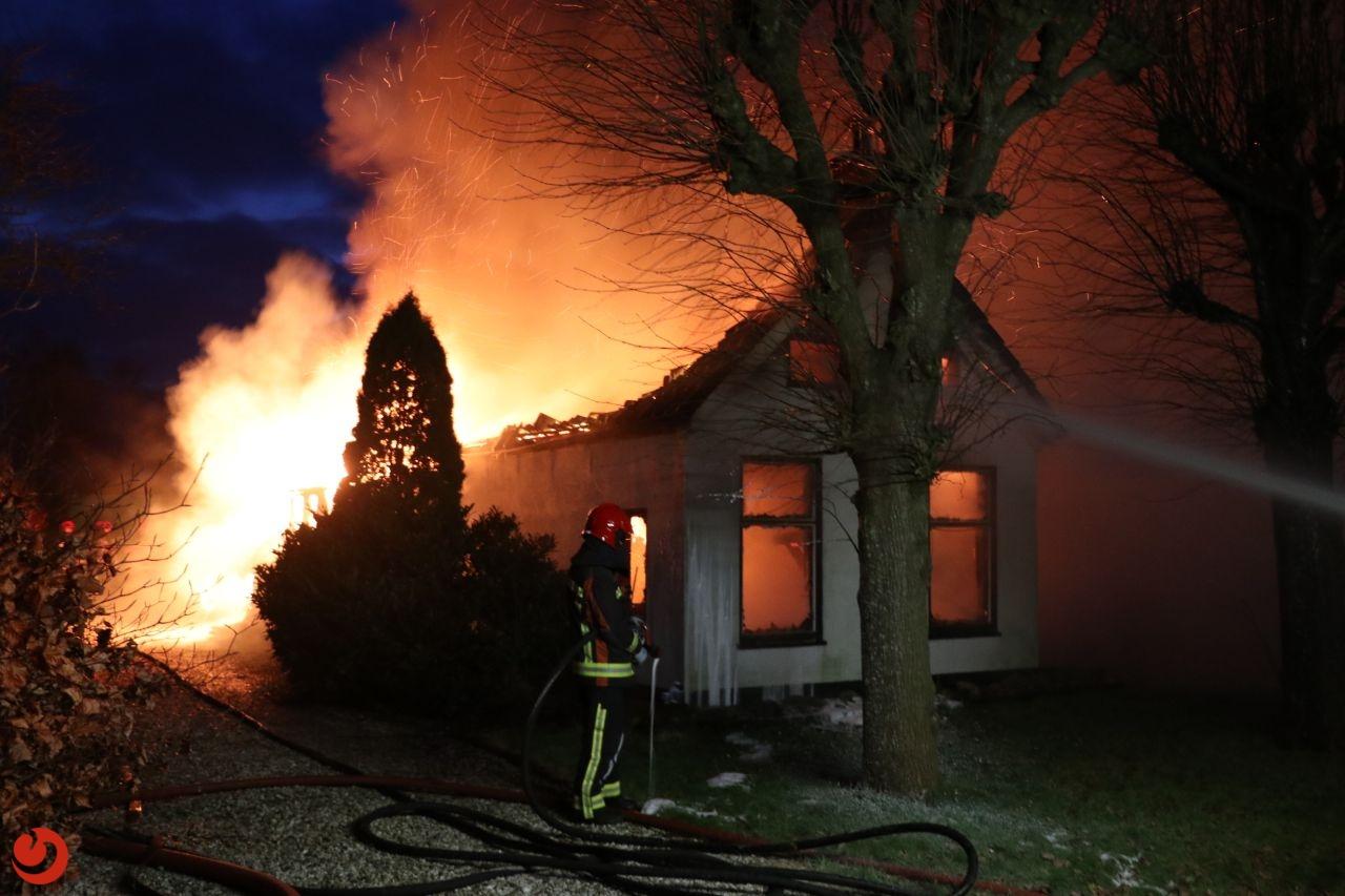 Uitslaande brand legt woonboerderij in de as