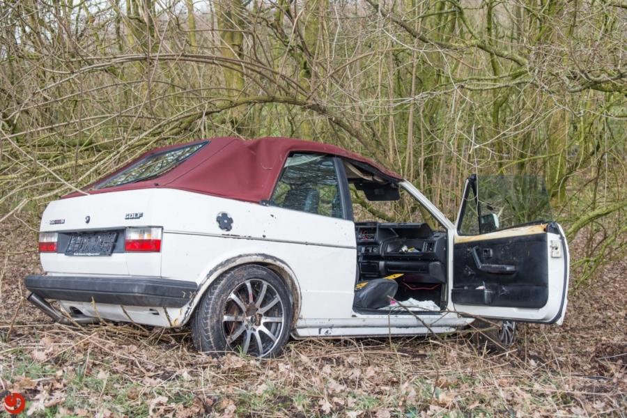 Auto belandt in de bosjes