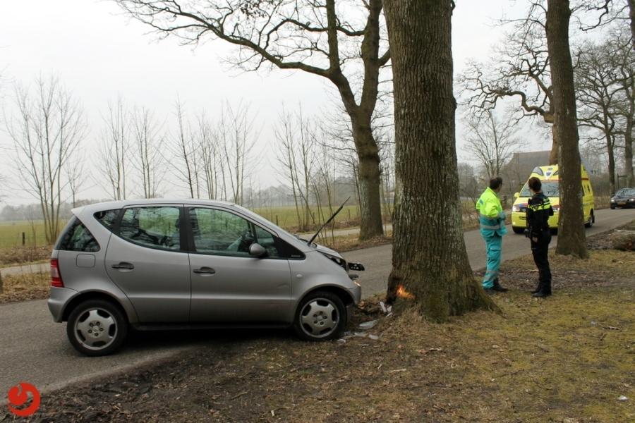Auto botst tegen boom